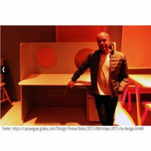 O designer Bernardo Senna na exposição em Milão, na Mostra Rio +Design, a frente da estação de trabalho executada em parceria com a Lucareli, Flávio Costa e Satsumi Murakami, estes da Caburé Studio.